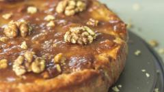 Как приготовить яблочный пирог с карамелью и грецкими орехами