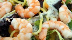 «Манхэттен» – салат с креветками, кальмарами, сыром и яйцом