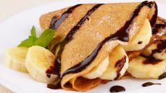 Блинчики с бананом и шоколадным соусом