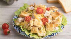 Как приготовить салат с курицей, помидорами, сыром и сухариками