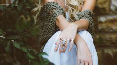 Можно ли носить кольцо на безымянном пальце правой руки незамужней женщине