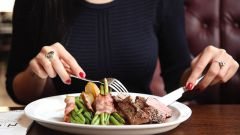 Что и почему нельзя делать во время еды