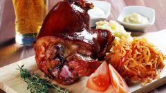 Как приготовить рульку свиную, запеченную в духовке