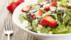 Как приготовить салат со шпинатом и клубникой