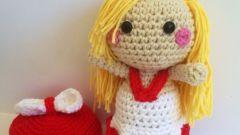 Как связать крючком куклу в платье