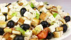 Как приготовить греческий салат с сухариками и курицей