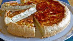Как испечь пирог с плавленным сыром и луком