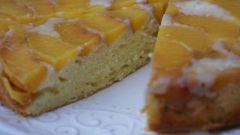 Как приготовить пирог с консервированными персиками: простой рецепт