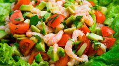 Как приготовить салат из авокадо с креветками под греческим йогуртом