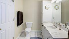 Как покрасить потолочный плинтус из пенопласта в ванной