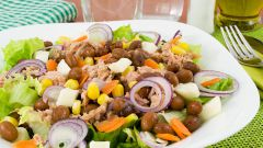 Как приготовить салат с тунцом, фасолью и кукурузой