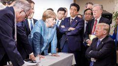 Трамп бросил конфеты в Меркель