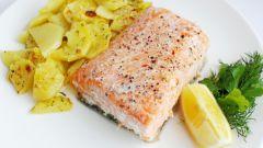 Как приготовить пряный лосось с картофелем в духовке