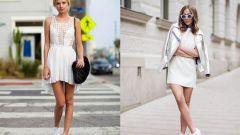 Как стильно носить кеды под платье
