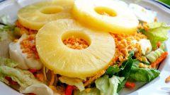 Как приготовить простой салат с ананасами: 3 рецепта
