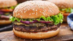 Бургер со свино-говяжьей котлетой