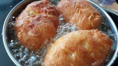 Проверенный рецепт приготовления жареных пирожков на кефире с луком и яйцом