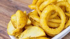 Как приготовить популярные овощные закуски: луковые колечки и картошку по-деревенски