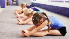 Как девочек растягивают в гимнастике