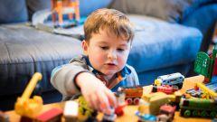 Почему ребенок портит игрушки и как справиться с этой проблемой