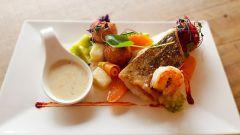 Как приготовить бротолу в сливочно-йогуртовом соусе с морепродуктами и овощами
