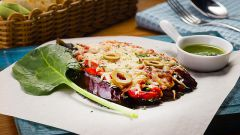 Как приготовить запеченные баклажаны с мясом под сливочно-йогуртовым соусом с сыром и помидорами