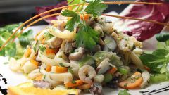 Как приготовить салат «Камчатка» с морепродуктами, морской капустой и соленым огурцом