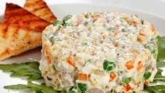 Как приготовить вкусный салат с рыбой: два рецепта
