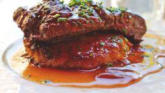 Как приготовить запеченное мясо под вишневым соусом