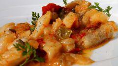 Как быстро приготовить простой и вкусный ужин из белой рыбы под овощным маринадом