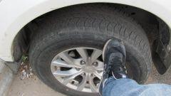 Зачем водители стучат по колесам ногой, садясь в автомобиль