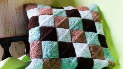 Как связать подушку спицами в стиле пэчворк
