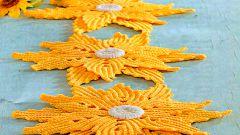 Как связать украшение для стола из желтых цветов