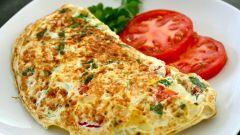 Идея для сытного завтрака: готовим омлет с начинкой