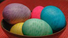 Как окрасить яйца кружевным узором к Пасхе