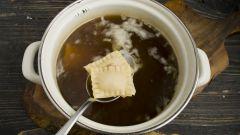 Как приготовить равиоли с мясом в грибном бульоне