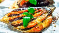 Как приготовить запеченный веер из баклажана с помидорами и сыром