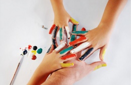 Краски «Делай с мамой» предназначены для нанесения на холст пальцами