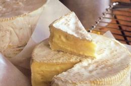 Камамбер – отличный по своим вкусовым свойствам сыр с белой плесенью