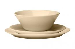 Бежевый оттенок тарелок легко сочетается с любыми цветами на кухне