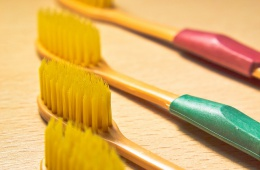 Щетка из бамбука чистит мягко