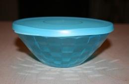 Миска Tupperware - удобна для хранения, красива для сервировки.
