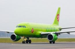Зеленый самолет в синем небе