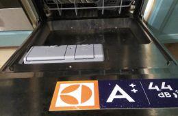 Помощница в борьбе с грязной посудой - машина Eleсtrolux