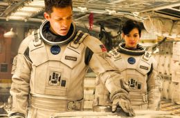 Мужчина и женщина на космическом корабле.