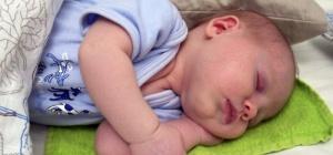 Нужна ли новорожденному подушка