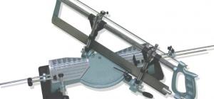 Как вырезать потолочный плинтус
