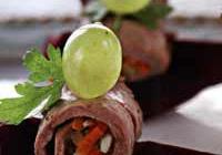 Как готовить рулетики из ростбифа с грушами в красном вине