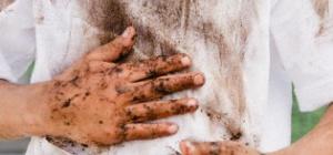 Как убрать с одежды смолу