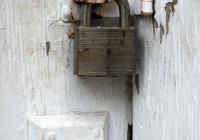 Как снять дверной замок